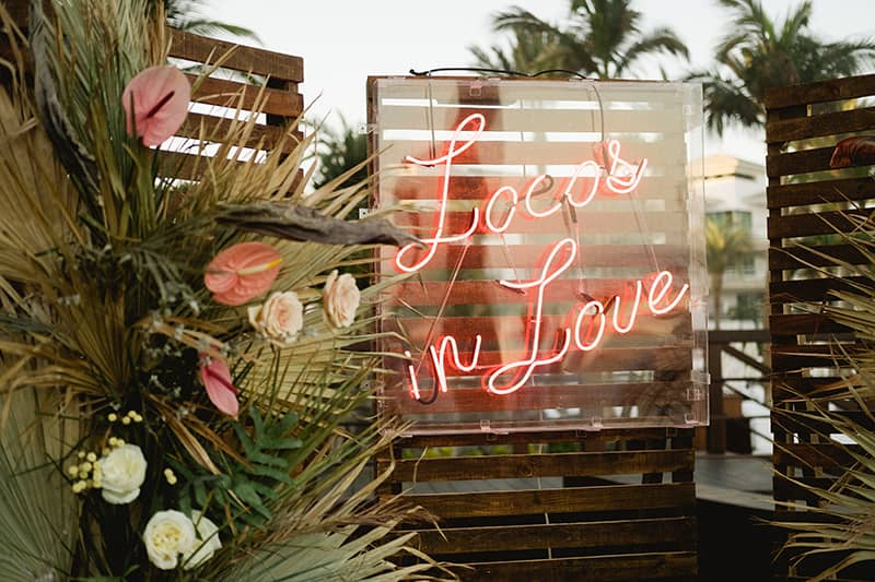 Wedding Trends 2021: Neon lights and signs